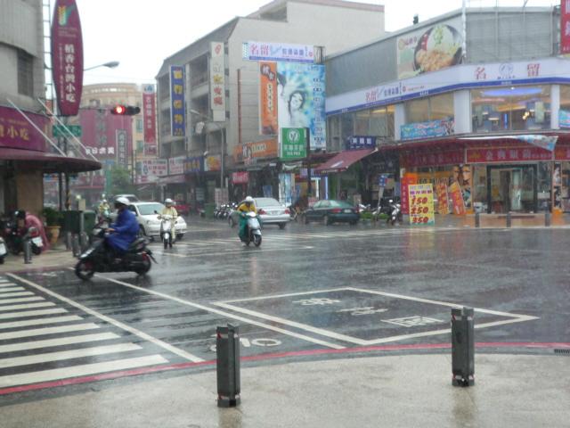 雨の日、市場に行く。